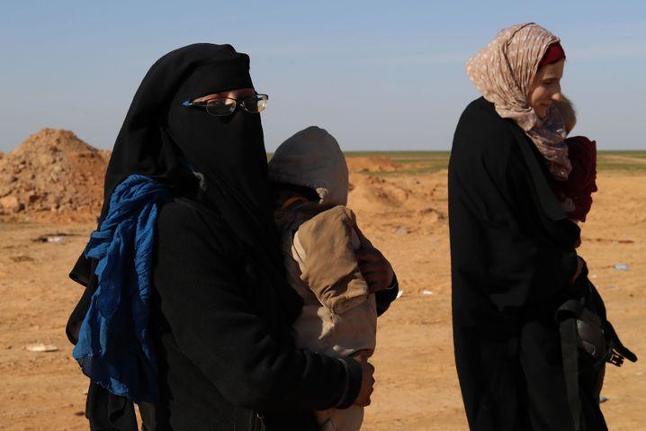 Leonora Messing (r.) und eine weitere deutsche IS-Anhängerin mit Kindern