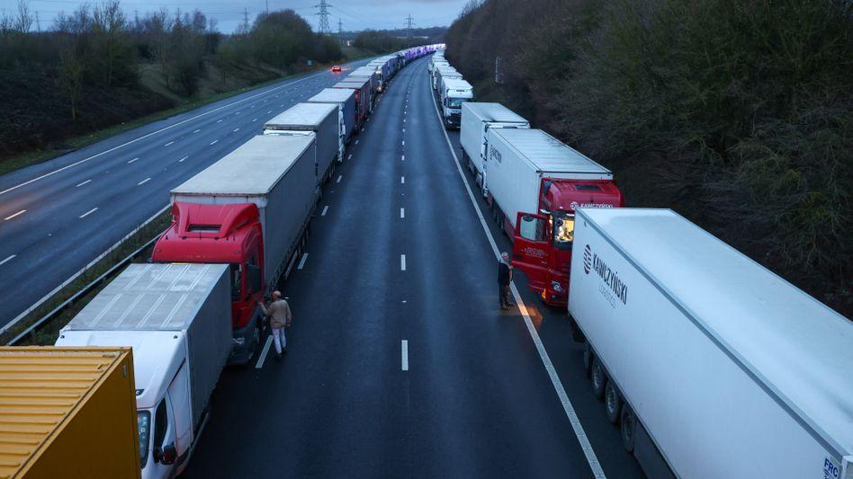 Lange Schlangen am Hafen von Dover: Lkw-Fahrer kommen nicht mehr in die Europäische Union
