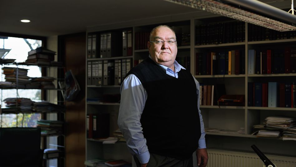Jurist Fischer in seinem Arbeitszimmer