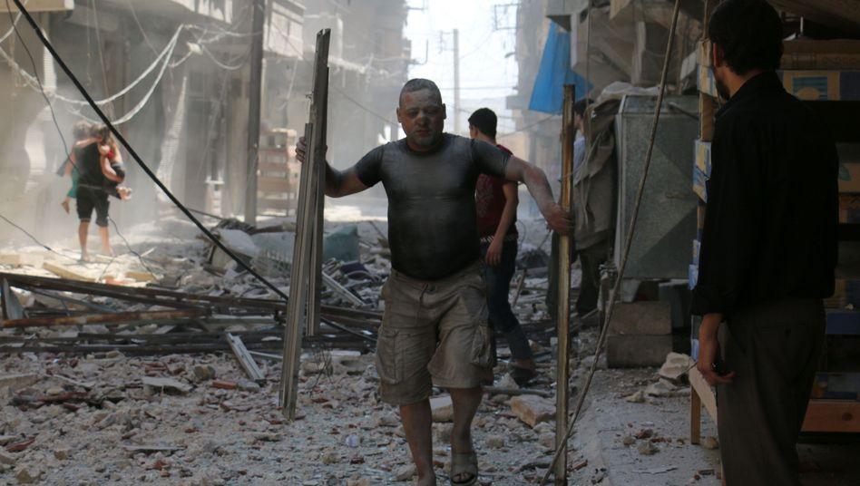 Zerstörungen nach Luftangriff auf Rebellenhochburg in Aleppo
