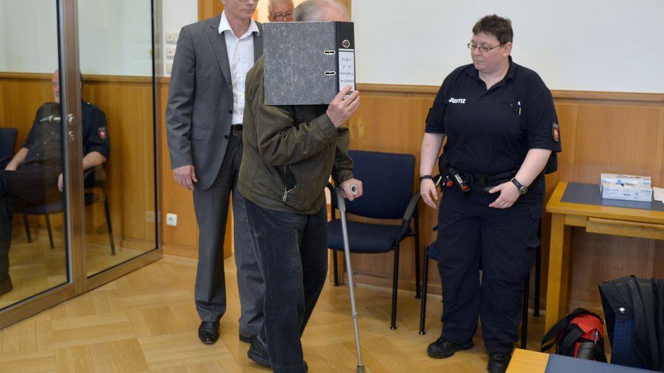 Angeklagter Rentner aus Sittensen (rechts, am 23. April):
