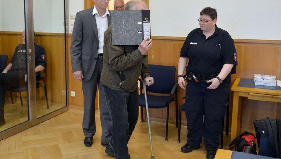 Angeklagter Ernst B. (rechts, am 23. April): Fataler Schuss eines Jägers