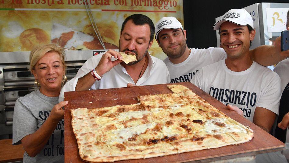 Matteo Salvini beim Pizza-Verzehr in Genua (September 2018)