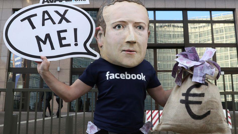 Aktivist mit Zuckerberg-Maske demonstriert vor dem EU-Hauptquartier in Brüssel (Archivbild von 2018)