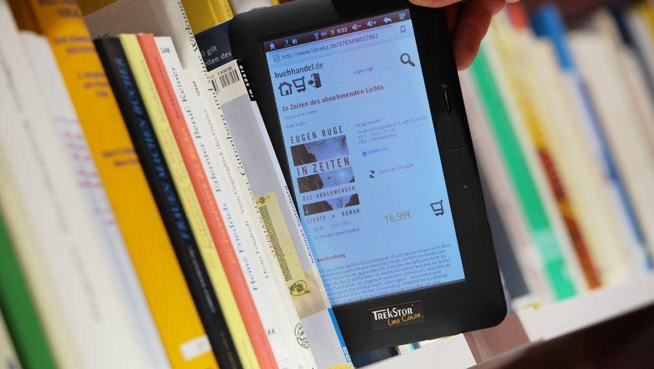 E-Reader, Bücherregal bei der Frankfurter Buchmesse: Neue Hürden für Verlage