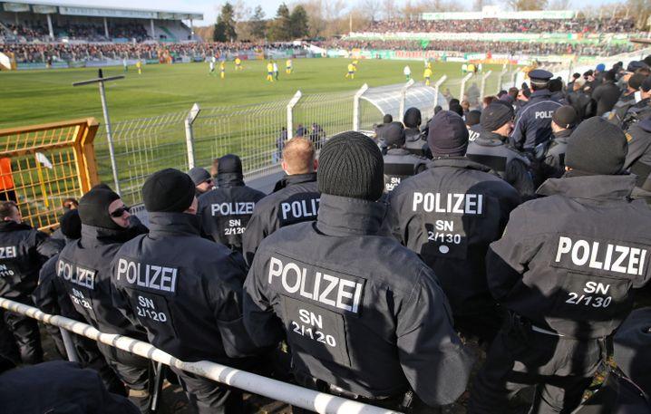 Polizisten überwachen ein Fußballspiel in Leipzig (Archivbild)