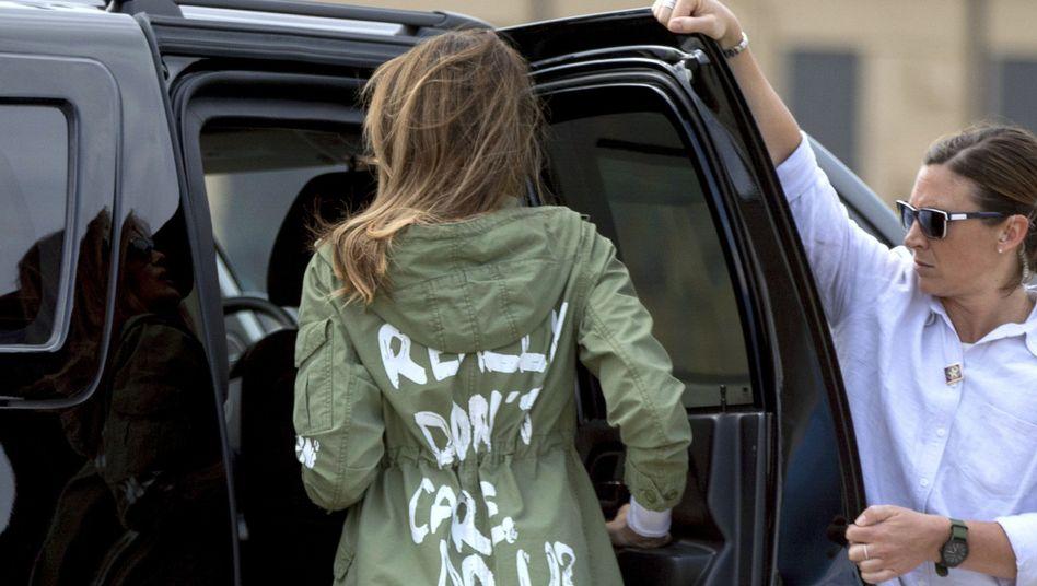 First Lady Melania Trump 2018: »I really don't care. Do U?« (Es ist mir wirklich egal – und euch?) steht auf ihrer Jacke geschrieben