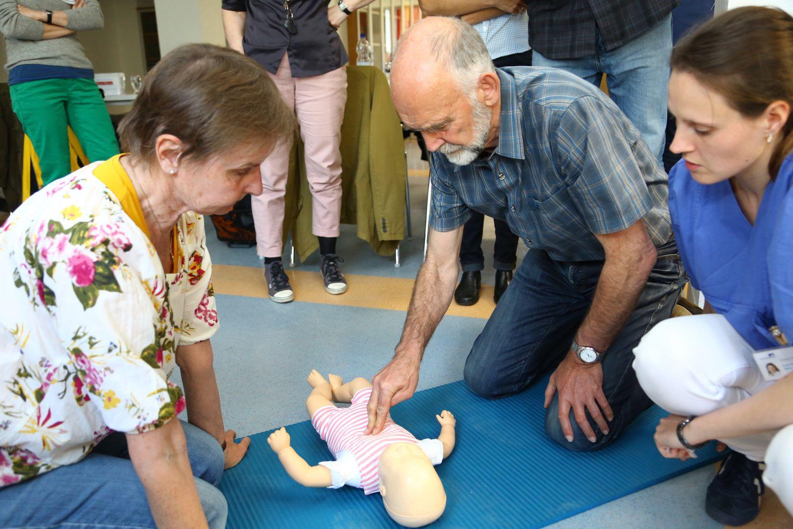 EINMALIGE VERWENDUNG Kindernotfall-Kurse/ Großeltern