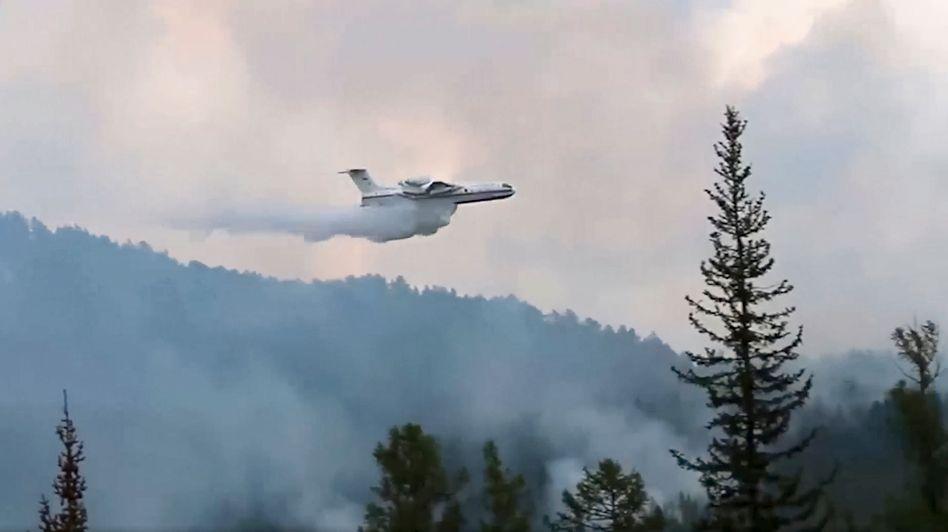 Es hört nicht auf zu brennen: Ein Löschflugzeug in Russland