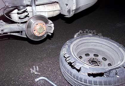 Geplatzter Autoreifen: Auch mit Plattfuß fährt ein Auto noch einigermaßen kontrolliert
