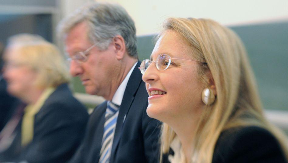 Rektor Schiewer, Kommissionsvorsitzende Paoli: Ergebnisse zum Mai 2014