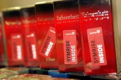 """Parfumpackungen mit dem Aufkleber """"Symrise inside"""": 652 Millionen Euro Emissionserlös"""