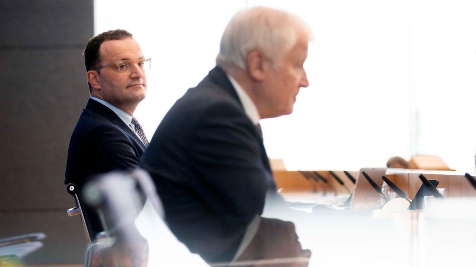 Die Minister Seehofer (r.) und Spahn