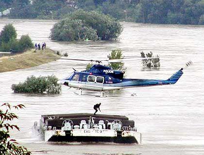 Ein Helikopter setzt einen Sprengstoffexperten auf einem in der Elbe treibenden Lastkahn ab