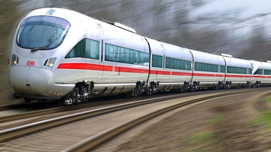 ICE-Zug mit Neigetechnik und Lokführer
