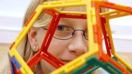 3-D-Spielzeug: Räumliches Sehen ist bei Kindern noch nicht vollständig ausgeprägt.