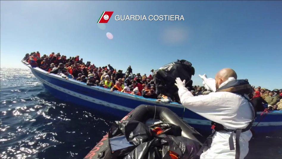Flüchtlingsboot vor Sizilien: Zehntausende fliehen über das Meer nach Italien