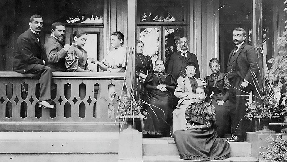 Moritz M. Warburg (hinten am Fenster), Sohn von Sara und Aby, und seit 1862 Teilhaber der Bank, mit Familie (1884)