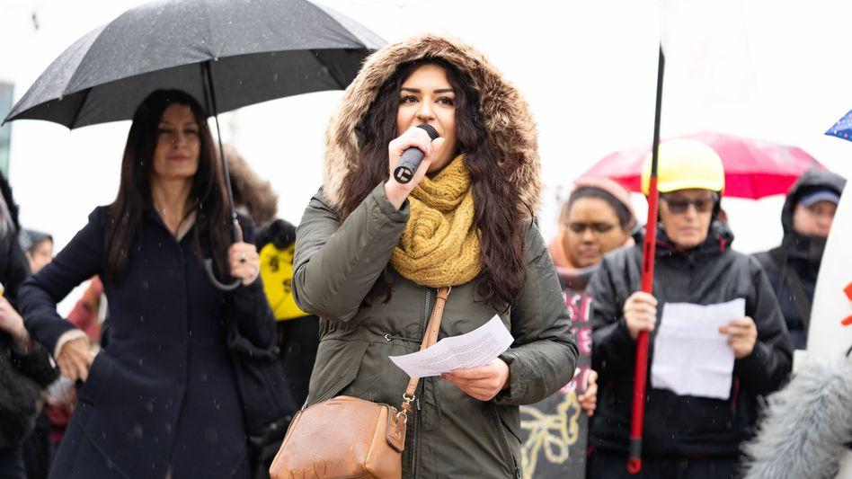 Linkenpolitikerin Cansu Özdemir bei einer Kundgebung in Hamburg (Archivbild)
