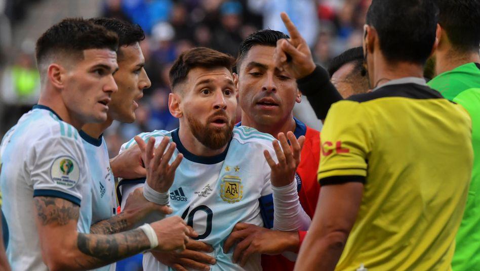 Lionel Messi (Mitte) im Disput mit Schiedsrichter Mario Diaz de Vivar