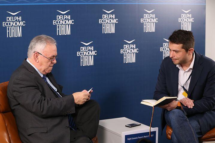 Yannis Dragasakis und SPIEGEL-ONLINE-Korrespondent Giorgos Christides auf dem Delphi Economic Forum