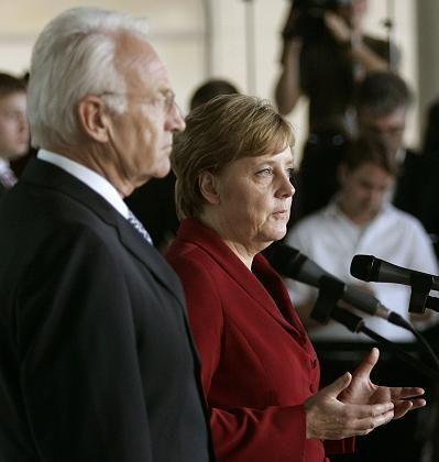 """Stoiber und Merkel: """"Nebengeräusche nicht überbewerten"""""""