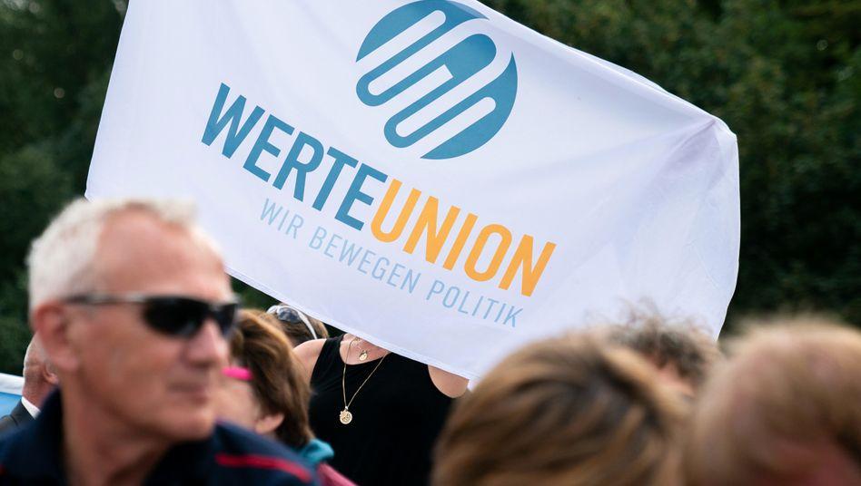 Anhänger der WerteUnion (im August 2019 bei einer Gedenkveranstaltungzum Bau der Berliner Mauer)