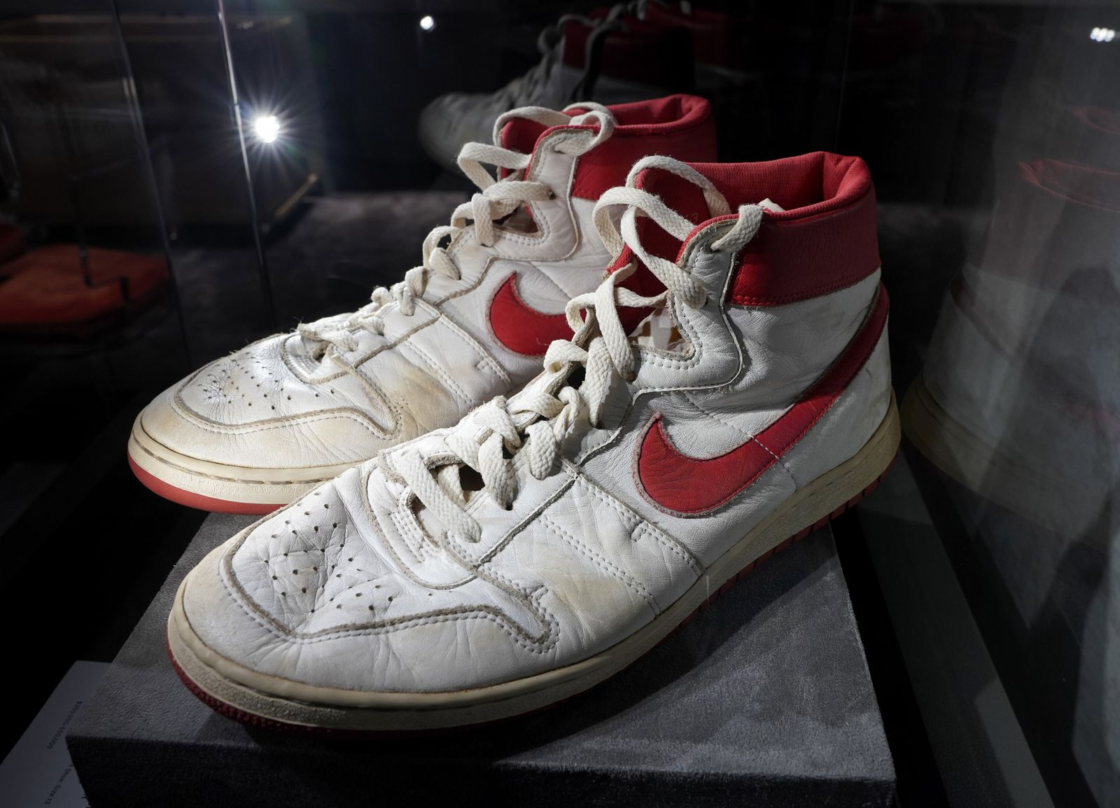 Subastan en NYC 11 pares de zapatillas de Michael Jordan, otro récord en vista