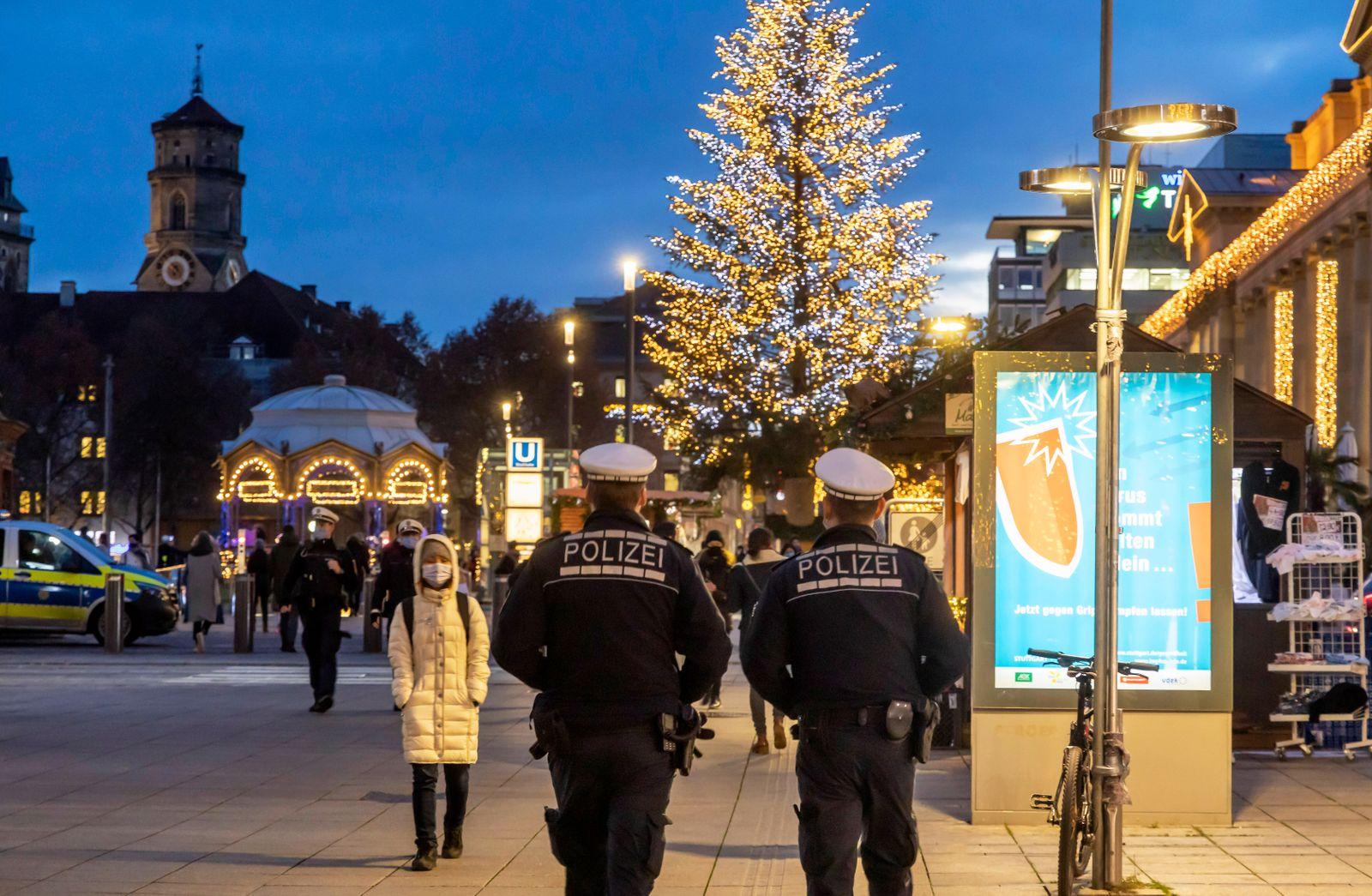 Weihnachts-Shopping in der Fu?g?ngerzone Stuttgart. Die Flaniermeile K?nigstra?e ist trotz Corona-Pandemie gut besucht.