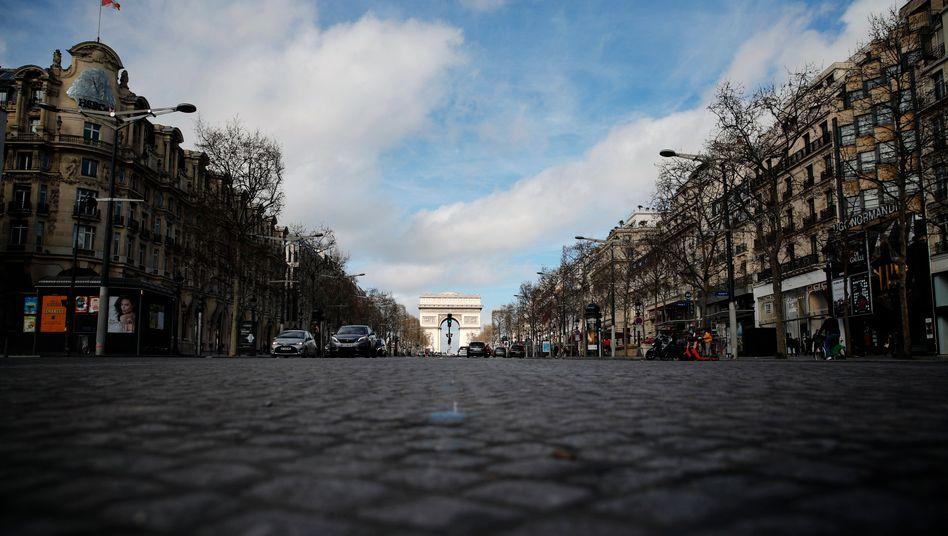 Die Champs-Elysee ist menschenleer: Wegen der Coronakrise schränkt Frankreichs Präsident Emmanuel Macron nun die Bewegungsfreiheit ein