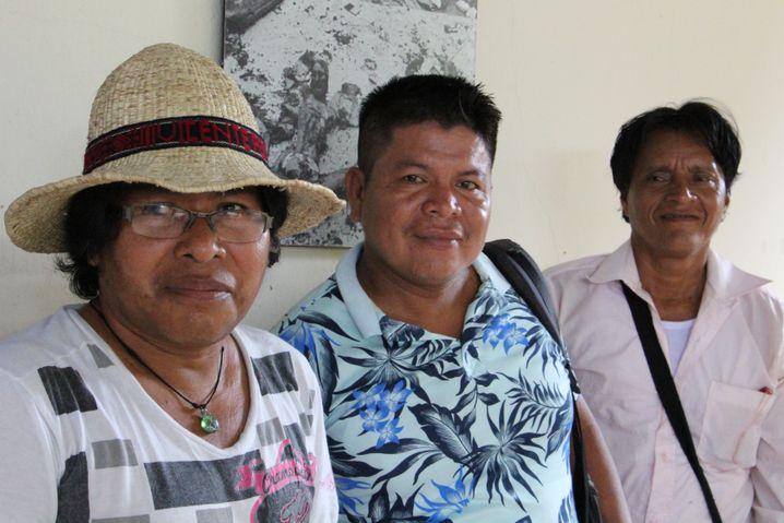 Indigenen-Aktivist Sanapi (l.) und Mitstreiter