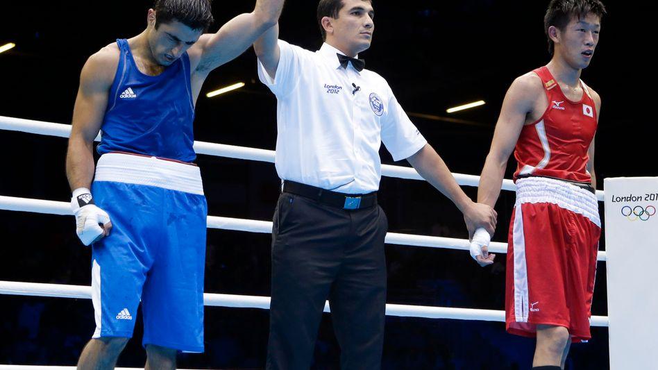 Boxer Abdulhamidov (links) und Shimizu (rechts): Umstrittenes Urteil