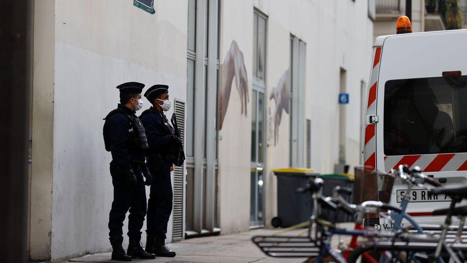 """Polizisten vor dem früheren Gebäude von """"Charlie Hebdo"""" in Paris"""