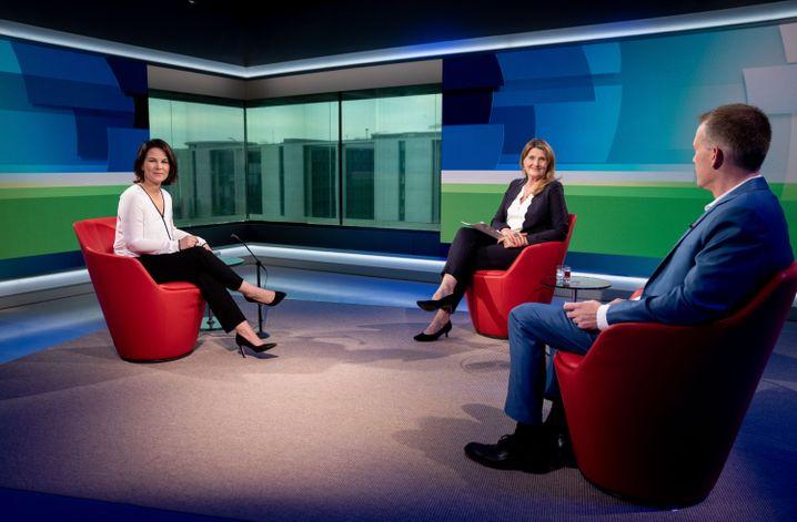Baerbock mit den ARD-Moderatoren Tina Hassel und Oliver Köhr