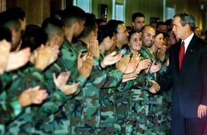 Reservisten mit Präsident Bush: Immer mehr Studenten in den Reihen der Army