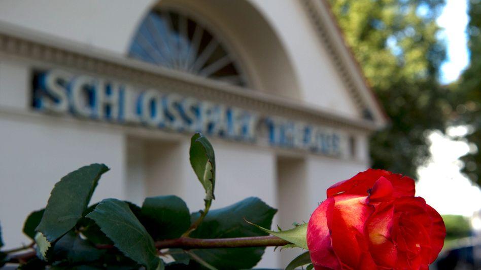 Abgelegte Rose vor dem Schlosspark-Theater in Berlin: Trauer um Dirk Bach