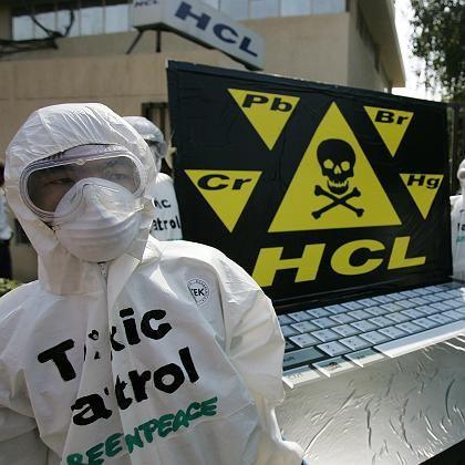Greenpeace-Aktivisten bei einer Protest-Aktion in Neu-Delhi: Etliche Computerhersteller verwenden immer noch potentielle Umweltgifte wie Blei, PVC und Phtalate.