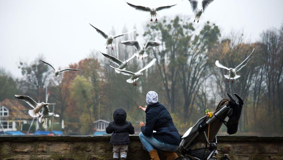 Ein Mutter und ihr Kind am Maschsee in Hannover