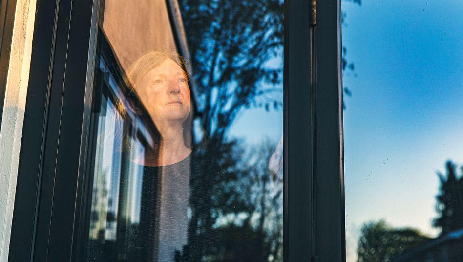 Frau am Fenster (Symbolbild): Mehr Aufmerksamkeit für die Stillen
