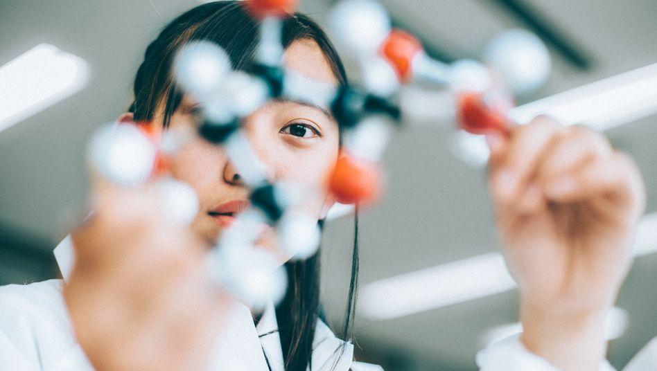 Chemikerinnen und Chemiker entwickeln zum Beispiel Medikamente oder technische Lösungen gegen die Umweltverschmutzung (Symbolbild)