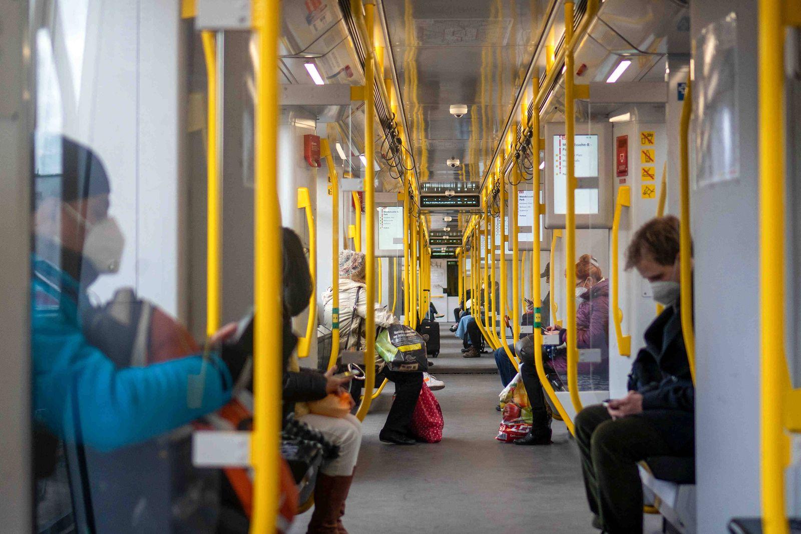 Berlin, Deutschland 08. April 2021: In einer U-Bahn in Berlin, wird wegen dem Lockdown zur Bekämpfung der Corona-Pandemi
