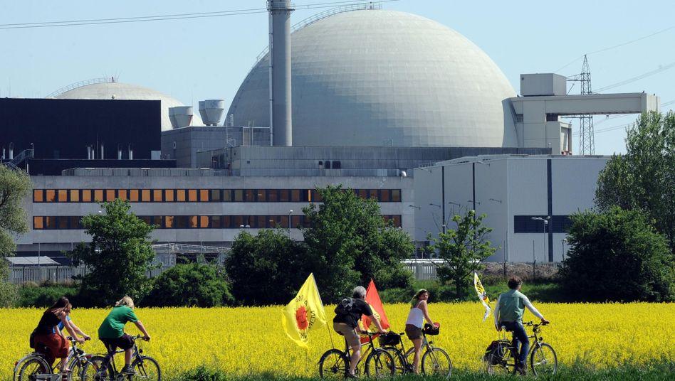 Atomkraftgegner vor dem AKW Biblis: Das Kernkraftwerk wurde 2011 abgeschaltet
