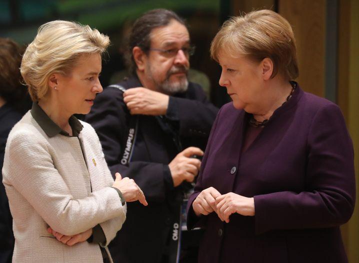 Europapolitikerinnen von der Leyen, Merkel (im Februar in Brüssel)