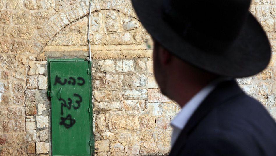 """Antiarabisches Graffito an einer Moscheetür: """"Das ist unser Gebiet"""""""