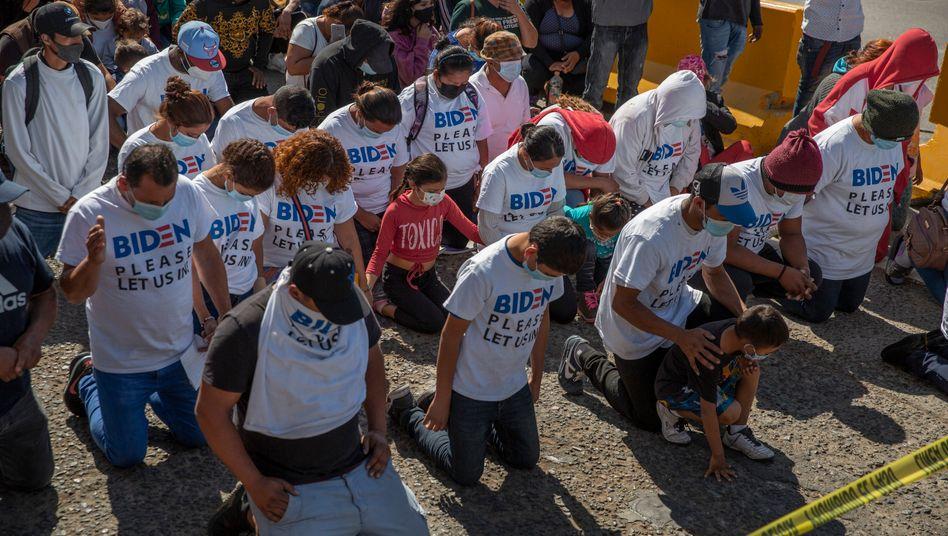 »Biden, lass uns rein«: Migranten knien an der US-mexikanischen Grenze