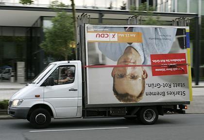 Abtransport eines Wahlplakats: Kassen der Parteien sind leer