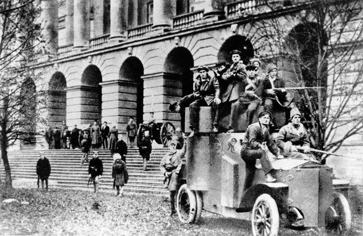 Bolschewiki vor dem Petrograder Smolny-Institut 1917: Das Proletariat schlägt seine wichtigste Schlacht