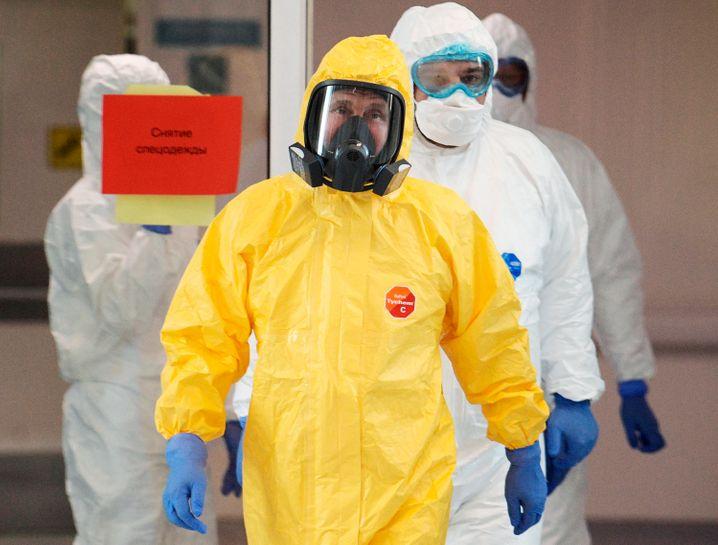 Putin betritt in einem Schutzanzug ein Krankenhaus für Covid-19-Patienten
