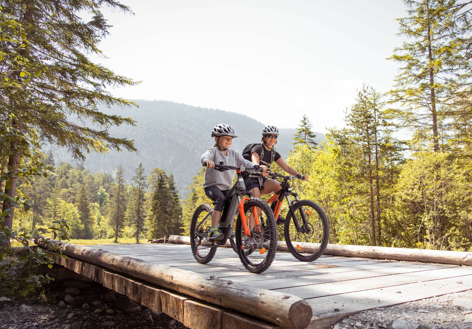 Mother and daughter riding e-mountain bikes in the mountains model released Symbolfoto PUBLICATIONxINxGERxSUIxAUTxHUNxON