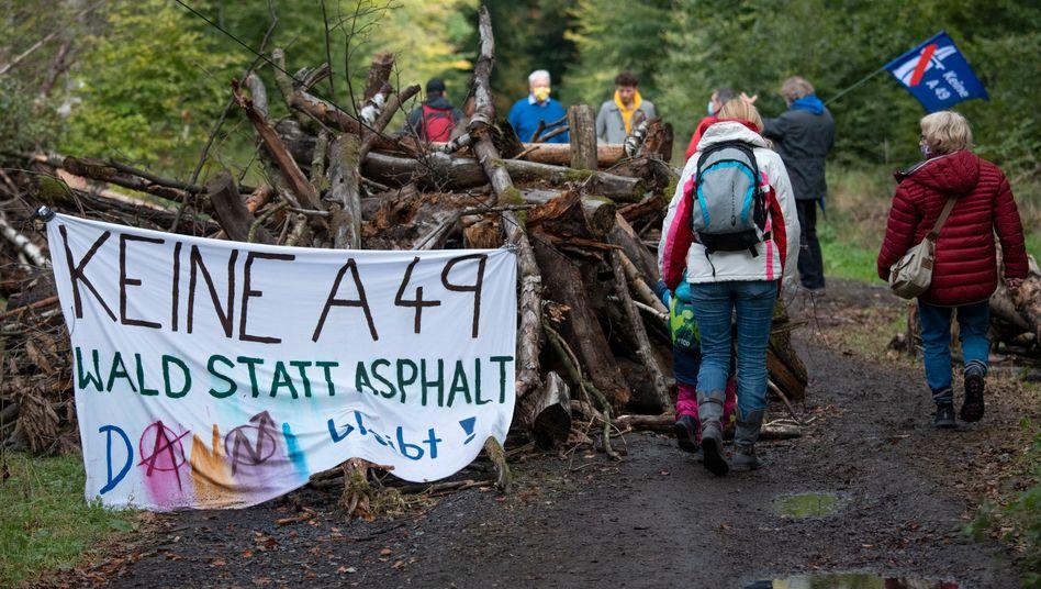 Aktivisten gegen den Weiterbau der A49 im Dannenröder Forst
